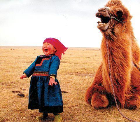 Auteur inconnu Mongolian girl, having fun with her pet..jpg