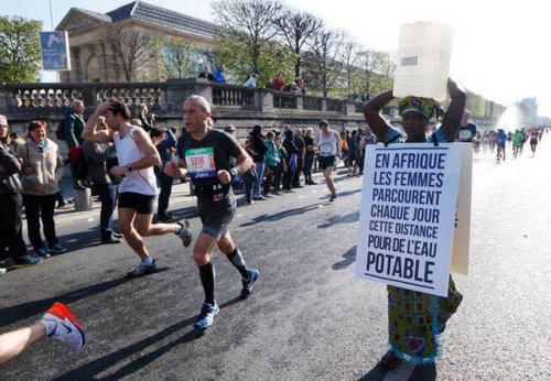 Marathon de Paris Siabatou Sanneh, dossard 64173.jpg