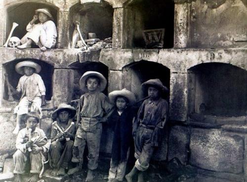 Hugo Brehme Niños jugando en el Panteón de Santa Paula. Ciudad de México. Ca. 1910.jpg