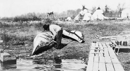 Ojibwé mending_canoe_in_1913-.jpg