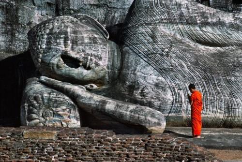 Steve Mc Curry       Bouddha couché du Galvihara à Polonnaruwa XIIè s Sri Lanka.jpg