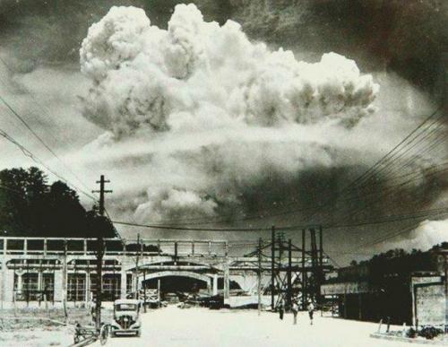 Nagasaki 20 mn après la l'explosion 9 août 1945.jpg