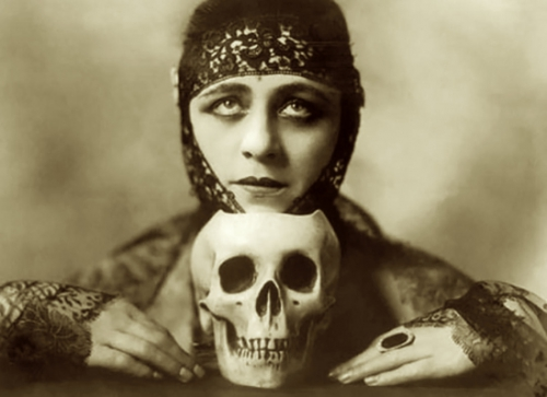Orval Hixon- The silent actress Valeska Suratt (one of the firts vamp with Theda bara ) , 1916.jpg