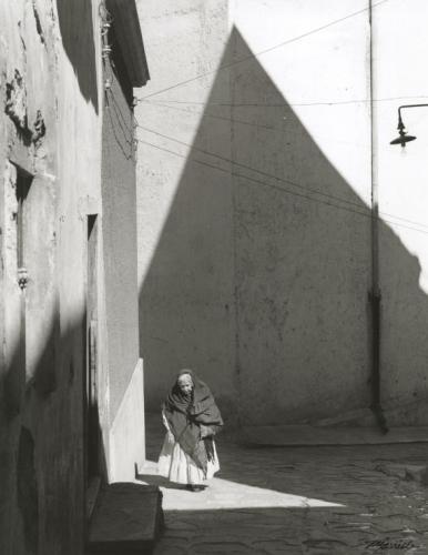 Manuel Carrillo Viejita Calleon Sombras Piramidales, Guanajuato, 1960,jpg.jpg