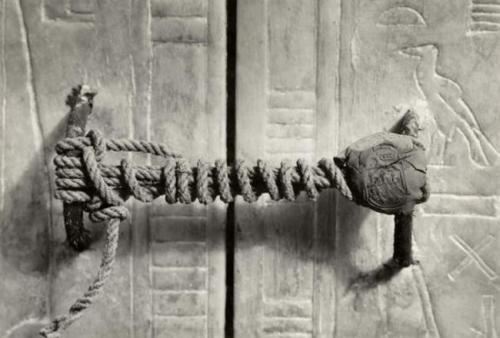 Le noeud sur la tombe de Toutankhamon, 1922. Il est resté intact pendant 3245 ans..jpg