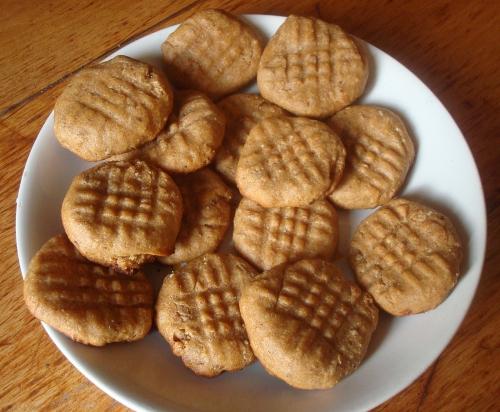 Biscuits aux amandes, zeste d'orange, vanille, cannelle, confiture d'abricot.JPG