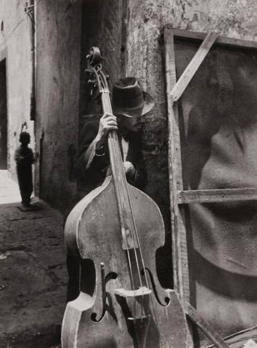 Lola Alvarez Bravo Voyons qui m'entend, 1950..jpg