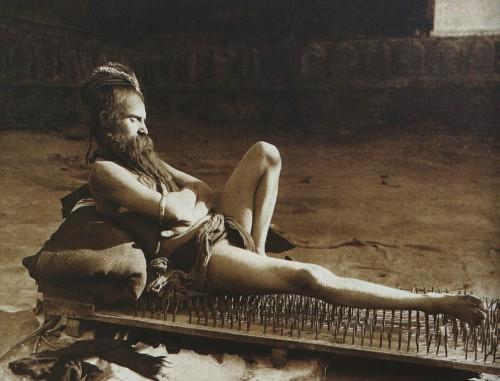 Herbert Ponting A Fakir in Benares (Varanasi), India, 1907.jpg