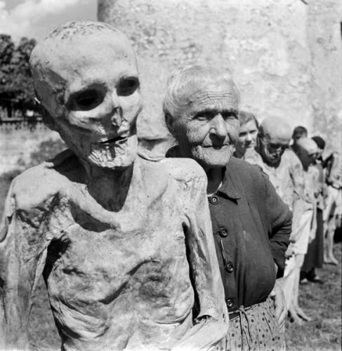 jack Birns les momies de Venzone Italie 1950.jpeg