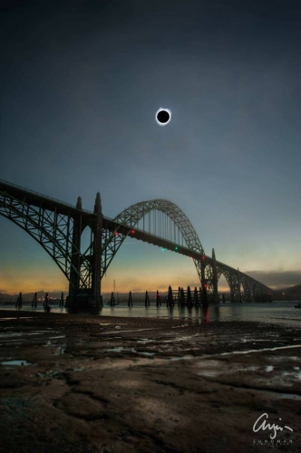 Eclipse in totality over Yaquina Bay Bridge in Newport Oregon 8 août 2017_n.jpg