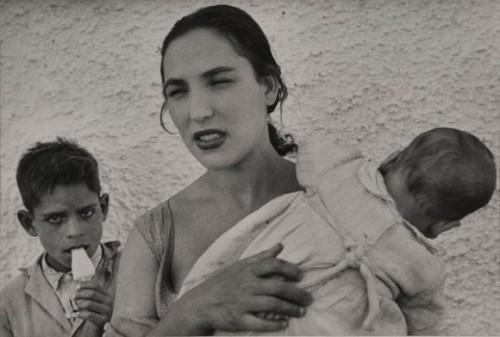 edouard-boubat-vers 1954-femme-et-enfants-grenade.jpg