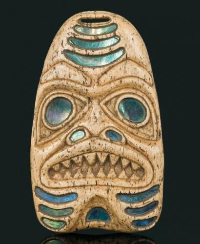 Amulette de chaman en os et inclusions de nacre d'abalone Tsimshian ou Haïda, Colombie Britannique, côte nord-ouest du Canada. Première moitié du XXe siècle. .jpg