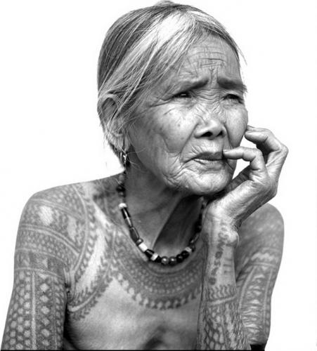 Jake Versoza une femme de la tribu Kalinga aux Philippines, tatouée et dernière  » Kalinga mambabatok » ou tatoueuse 89 ans.jpg
