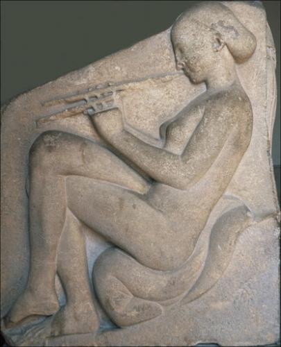 Hétaïre jouant de l'aulos - Bas relief trône antique dit de Ludovisi, Rome.jpg