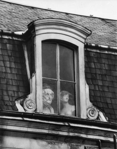 André Kertész Voltaire Paris 1928.png