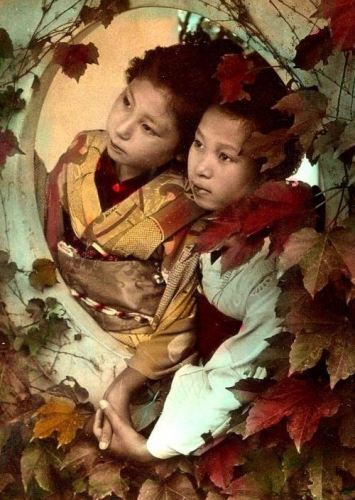 Unattributed - Maiko holding hands, 1904_n.jpg