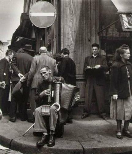 Robert Doisneau L'Accordeoniste, rue Mouffetard, 1951.jpg