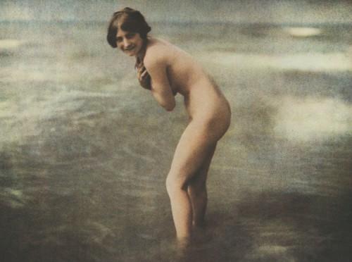 Frères Lumière baigneuse 1907 1914.jpg