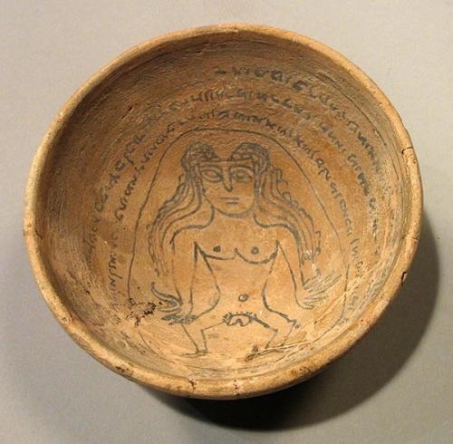 Bol talismanique en terre cuite portant un texte incantatoire en judéo-araméen avec une représentation de Lilith.jpg