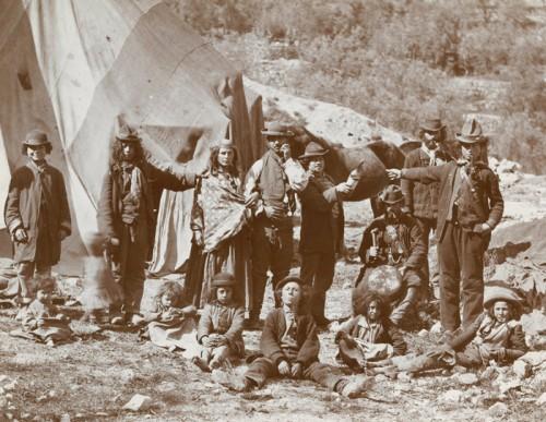 roms   Tribu de bohémiens au Bois Raynaud France, vers 1890.jpg