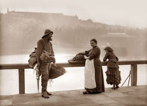 Frank Meadow Sutcliffe - Whitby Fisher People 1890's (3).jpg