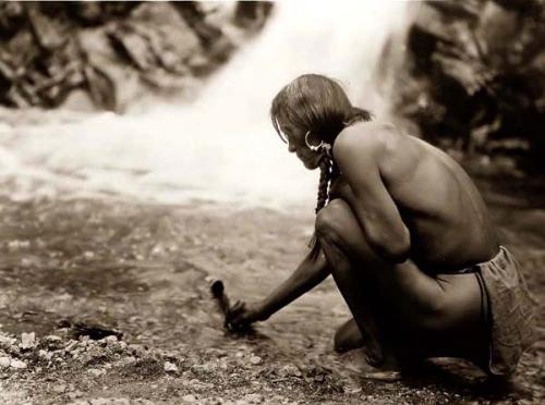 Edward S. Curtis. Indien Nambe faisant une offrande de plume  de prière à la cascade 1927.jpg