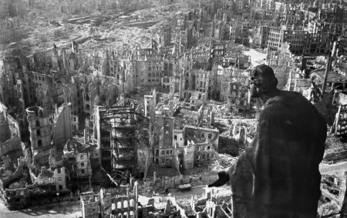 Dresde, après le bombardement qui eut lieu du 13 au 15 février 1945.jpg