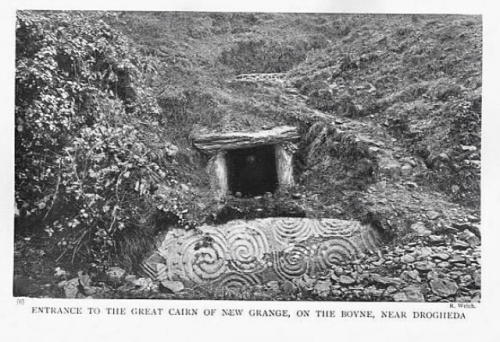 entrée du grand cairn de Newgrange.jpg