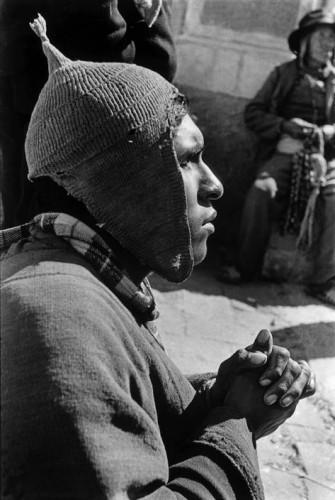 sergio larrain  aveugle SANCTUAIRE DE COPACABANA SUR LES BORDS DU LAC TITICACA, 1957, BOLIVIE.jpg