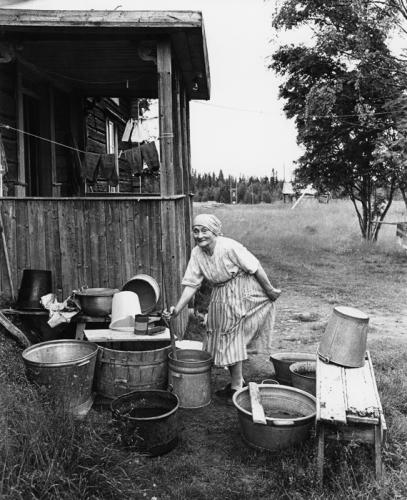 Sune Jonssons Änkefru Olga Gavelin vid stortvätten. Aronsjö, juli 1961.jpg