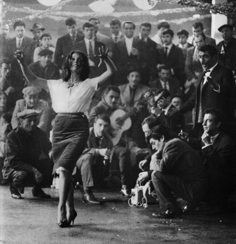 Lucien Clergue-Danse-du-mariage-gitan-Stes maries 1963.jpg