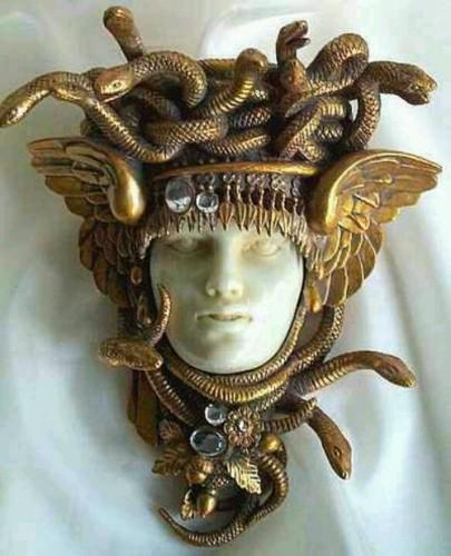 Head of the Gorgon Medusa fin du 19th broché tchécoslovaque.jpg