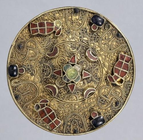 Fibule circulaire mérovingienne, VIIe siècle, Bronze, grenats, or, argent et verre .jpg