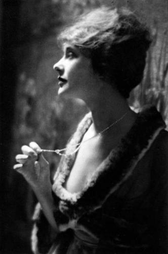Arnold Genthe, Elsie Ferguson, 1917.png