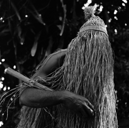jose medeiros José Medeiros, Omulu, entitée associée aux maladies, danse au rythme du opanigé, Salvador, Brésil, 1955 .jpg