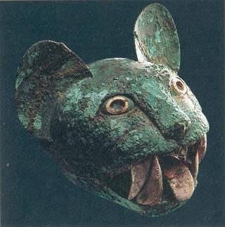 Statue en pierre typique du style de Recuay, contemporaine du style mochica moyen et récent (100-700 ap. J.-C.)..jpg