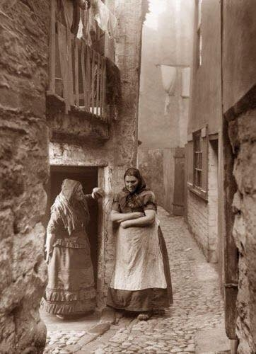 Frank Meadow Sutcliffe Whitby Fisher People Angleterre 1890's_n.jpg