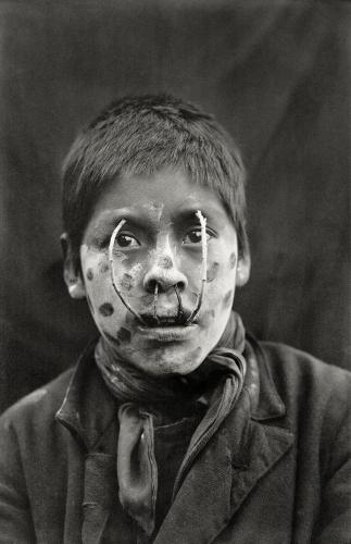 Martin Gusinde, Jeu pour effrayer les femmes (Yamana) Tierra del Fuego vers 1919.jpg