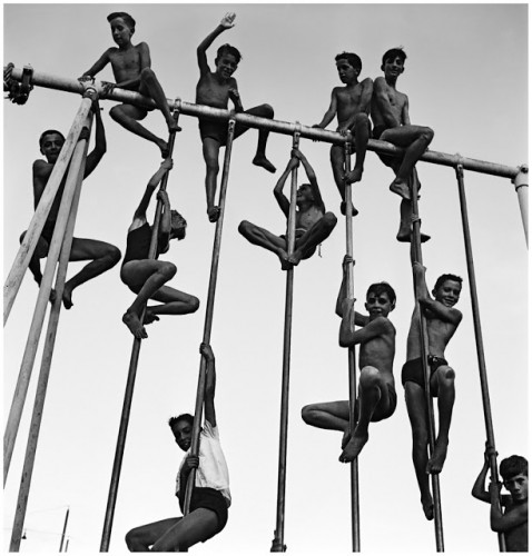 jose medeiros--belo-horizonte-minas-gerais-1950-enfants-jouant-dans-la-cour-du-club-atlc3a9tico-mineiro.jpg
