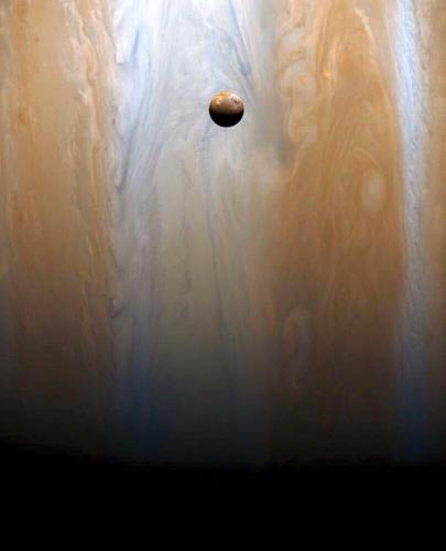 la lune Io, devant sa mère Jupiter cliché de la sonde Cassini nasa.jpg