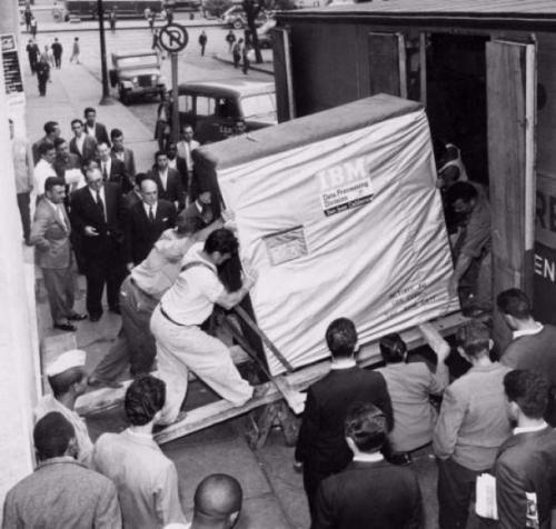 Le chargement d'un disque dur de 5 MB d'IBM, 1956..jpg