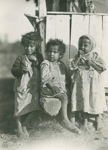 roms Petresti Roumanie vers 1930.jpg