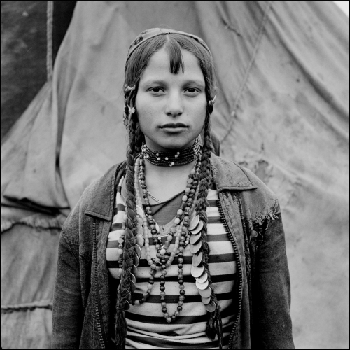 Jeremy Sutton Hibbert Gina, a Kalderash Roma girl from Baltaeni camp Roumanie 1993.jpg