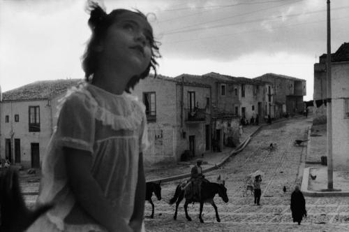 Sergio Larrain - Rue principale de Corleone. Sicile, 1959..png