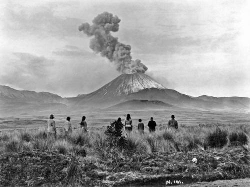 Watching the eruption of Mount Ngauruhoe in New Zealand.jpg