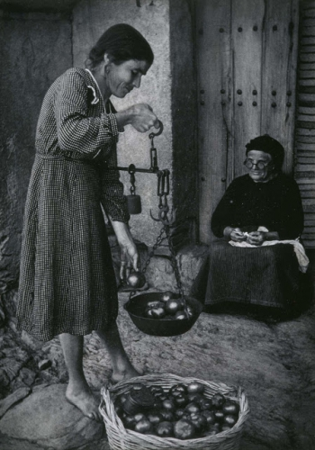 William Eugene Smith - Woman Selling Tomatoes, Espagne 1951.jpg
