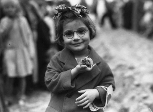 Little Girl And Her Pet Toad At A Pet Show, Venice Beach, California, 1936_n.jpg