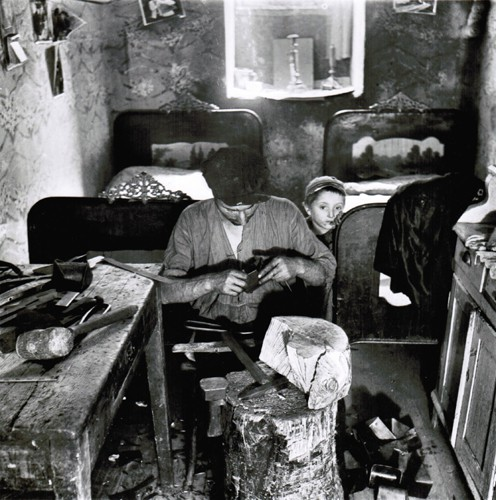 Roman Vishniac apartment, workshop, two beds for nine people.jpg