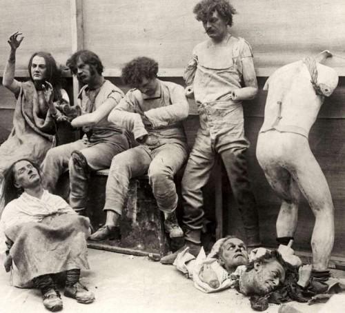 Mannequins endommagés après un incendie au musée de cire de Madame Tussaud à Londres en 1930..jpg