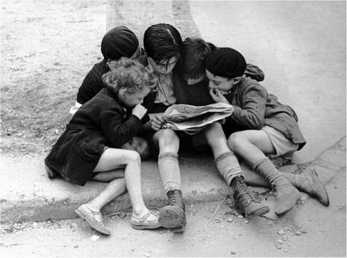 Fred Stein, Enfants lisant un Journal, Paris, 1936.jpg